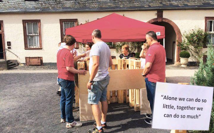 Lounge-Möbel aus Holzpaletten Marke Eigenbau. Das besondere Teambuildingevent mit gemeinsamem Erfolgserlebnis!